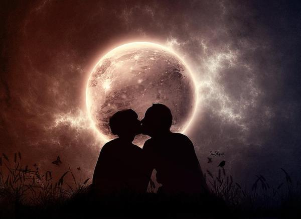 Moon - couple kissing